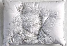 L'artiste iranienne Maryam Ashkanian, s'est inspirée des rêves et du sommeil pour réaliser cette très belle série baptisée « Sleep Series ». Cette collection d'oreillers représente des personnes endormies brodées à même le support. Ces dessins sont la représentation parfaite des ses modèles en plein rêve. Par ces sculptures, l'artiste nous invite à réfléchir sur notre vie onirique.