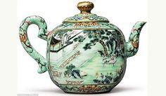 Lebih dari sepuluh orang berjuang memenangkan lelang teko Cina peninggalan dinasti Qianlong. Teko itu salah satu dari dua teko yang kini ada. Karena sengitnya persaingan, teko Cina langka dari abad ke-18 itu telah terjual seharga US$ 3,49 juta atau Rp 45 milyar lebih. Sepuluh kali harga yang diharapkan.    Karya seni adalah sebuah ode Kaisar Qianlong yang pecinta teh dan karya seni angka. Mungkin Kaisar, menikmati sajian minuman sambil mengagumi guratan karya seni pada poci. Poci itu dijual…