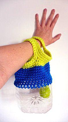 Che ne dite di questa borsa ecologica multiuso di riciclo creativo in plastica e filato lavorata alluncinetto? Eccovi una borsa per la spesa