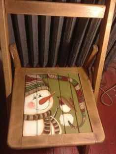 Stocking cap snowman chair - no link/tutorial Christmas Chair, Christmas Wood, Christmas Snowman, Christmas Projects, Wood Snowman, Snowman Crafts, Holiday Crafts, Snowman Pics, Painted Snowman