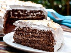 Receita de Bolo de chocolate com marshmallow - 200g de farinha de trigo, 250g de chocolate meio amargo, 4 ovos, 100g de açúcar, 100g de manteiga, 100ml de leite, 1 colher (chá) fermento em pó, 350g de açúcar, 100ml de água, 4 claras, 2 latas de leite condensado, 6 colheres (sopa) de chocolate em pó, 2 colheres (sopa) de manteiga, 1 pitada de sal, Desenforme o bolo e divida-o em 3 partes. Coloque o recheio entre elas e finalize com o marshmallow.