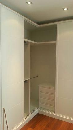 Divisi n de baldas con zapateros extraibles en parte inferior interiores de armario pinterest - Armario en l ...