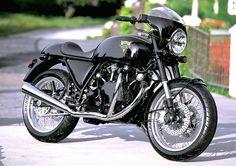 The Vincent Cafe Racer Honda 750, Yamaha 500 Sr, Triumph Cafe Racer, Cafe Racer Bikes, Cafe Racer Motorcycle, Cafe Bike, Classic Motorcycle, Motorcycle Design, Motorcycle Helmets