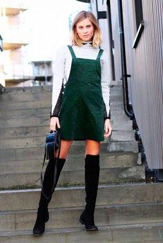 Sobreposição: vestido + gola alta. A bota over the knee traz mais atitude ao look (e está de volta com tudo)!