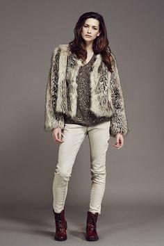 Look femme IKKS, manteau en fourrure et jean slim