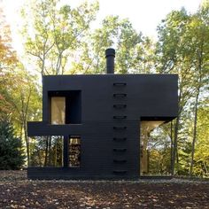back view of Writing Studio in Minimalist Design Featuring Element of Woods Cooper Joseph Studiohas completed a work of architecture to be Black Exterior, Exterior Design, Modern Exterior, Interior Modern, Architecture Résidentielle, Installation Architecture, Minimalist Architecture, Writing Studio, Cabins In The Woods