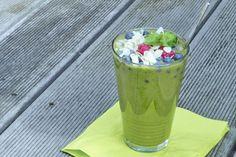 Mit diesem Smoothie-Rezept richten wir uns an alle, die sich den fruchtig-süßen Sommergeschmack nach Hause holen möchten. Der angenehm süße aber trotzdem nicht zu aufdringliche Geschmack rührt von der vielfältigen Obst-Auswahl, die um Blattgrün und Gurke ergänzt wird. In Anbetracht der vielen verschiedenen Zutaten sollte die
