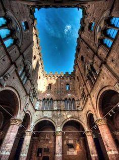 Entrone, Siena_ il grande cortile del Palazzo Comunale da cui escono i cavalli delle dieci contrade c'è prendono parte al palio