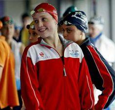 Bea Gómez ya es la mejor nadadora gallega de la historia. Si bien todavía no ha conquistado un campeonato de España absoluto que le dé lustre a su palmarés, la joven nadadora pontevedresa es la primera deportista de esta comunidad que logra tres mínimas para disputar unos Mundiales de natación.  El pasado fin de semana, la olímpica en Londres firmó tres nuevos registros autonómicos con los que pulveriza cualquier otro de la olímpica en Sídney 2000.