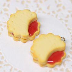 . 出来立てジャムジャムクッキー もちろん食べられません 後ほどスマホピアスに加工します . ジャムサンドクッキーが大好きなので自分で作っていて食べたくなってしまいます笑 . . #フェイクスイーツ #fakesweets #樹脂粘土 #かわいい #ジャム #いちご #クッキー #スマホピアス #スイーツ #おかし #好きなもの #ハンドメイド #handmade #minne #群馬 #高崎 #nicoffy by nicoffy_2589
