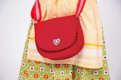 Kleine Schultertasche / Saddle Bag aus Filz selber nähen mit Gurtband und Steckschloss - Gratis Schnittmuster und Fotoanleitung   Tolle Geschenkidee!