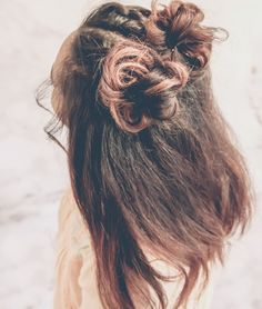 HAIR TUTORIALS FOR SHORTER HAIR! This simple style takes the standard top knot look to something fashionable. With a few easy-to-master steps and a couple of hair pins add a little something special, Top Knot, Big Wavy Curls, Wavy Hair, Space Buns Hair, Braided Space Buns, Medium Hair Styles, Short Hair Styles, Hair Sponge, Short Hair Bun