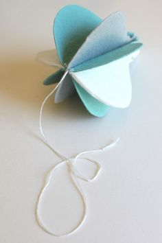 I've seen several examples of hot air balloon crafts made like this using paper, but I'm not much Create And Craft, Crafts To Make, Diy Crafts, Baby Room Design, Baby Room Decor, Bomboniere Ideas, Balloon Crafts, Baby Sewing Projects, Felt Decorations