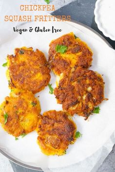 Vegan Chickpea Squash Fritters Try these super delicious and crunchy Chickpea Squash Fritters. These vegan & gluten free Chickpea Squash Fritters are so easy and take less than 30 minutes to make! Chickpea Fritters, Squash Fritters, Potato Fritters, Veggie Fritters, Tea Time Snacks, Chickpea Flour Recipes, Vegetarian Recipes, Vegan Meals, Vegan Food