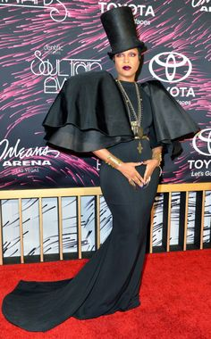 Erykah Badu takes on hosting duties for the 2015 Soul Train Music Awards at the Orleans Arena in Las Vegas. Daily Fashion, Fashion News, Fashion Fashion, Celebrity Photos, Celebrity Style, Train Music, Bad Dresses, Soul Train Awards, Afro Punk Fashion