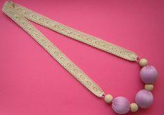 Collar de encaje de bolillos y bolas forradas de hilo por PMini, €12.00