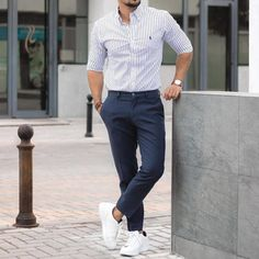 White Sneakers Outfit, White Shoes Men, White Casual Shoes, Men's Fashion Sneakers, Suits And Sneakers, Business Casual Men, Mens Fashion Suits, Mens Clothing Styles, Sneaker Outfits