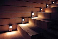 Proste, drewniane wykończenie schodów, dopasowane do schodów oprawy oświetleniowe LED. Tę harmonijną całość dopełni delikatna animacja zapalania i gaszenia wykonana przy pomocy sterownika schodowego smartLEDs oraz fotokomórek. Rewelacja!