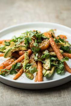 En smuk og meget aromatisk salat er klar til servering Vegetarian Recepies, Veggie Recipes, Real Food Recipes, Salad Recipes, Dinner Recipes, Healthy Recipes, Avocado Salat, Easy Eat, Savoury Dishes