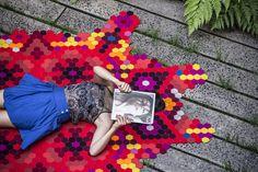 Huichol rug by Elissa Medina is influenced by mexican folk art. Hecho con 100% lana de fieltro, con estándar certificado Oeko Tex 100, biodegradable, retardante al fuego y, naturalmente, a prueba de agua. Se tarda aproximadamente 80 horas para hilvanar y utiliza 2,5 km del hilo, cada pieza está diseñada específicamente para las preferencias de color del cliente.