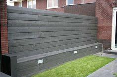 Steigerhout schutting met geïntegreerde bank prima oplossing tegen de lelijke schutting van de buren..