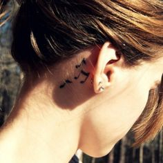 Divino Notas musicales Ver mas tatuajes en https://www.tatuajesparamujeres.com.ar/notas-musicales-orejas/