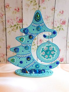 Whimsical Christmas, Christmas Deco, Christmas Crafts, Christmas Ornaments, Dot Painting, Stone Painting, Wooden Tree, Painted Rocks, Decorative Plates