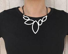 Kerstcadeau voor haar asymmetrische ketting verklaring ketting zilver bloem ketting sieraden lederen ketting Boho ketting Womens cadeau