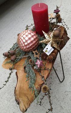 Kerzengesteck in weinrot auf Kirschholztischchen