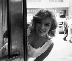 Marilyn Monroe — На прогулке в Нью-Йорке.