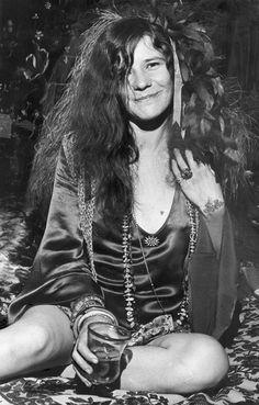 """Janis Joplin, si existe un dios en el rock, Janis Joplin es su esposa. Simplemente, el más poderoso referente femenino de la historia del rock. Una voz única, una rebeldía inclasificable y un alma en escena que hasta el momento nadie ha logrado derramarla como lo hacía esta tejana.  Amante del blues, el rock y el jazz. Janis pasó de ser una adolescente con serios problemas de autoestima a una de las más grandes líderes de la llamada """"contracultura"""" en EEUU y del movimiento hippie."""