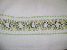 Esta es la primera toallita facial en tono verde, bordado yugoslavo sobre cenefa de cuadrillé con borde verde.