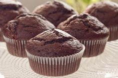 These moist chocolate paleo muffins are rich, moist and bold in flavor. You can have these by themselves or create a delicious frosting to top them and make them into chocolate cupcakes! Use our frost Chocolate Paleo, Chocolate Muffins, How To Make Chocolate, Chocolate Cupcakes, Chocolate Thermomix, Bacon Muffins, Mini Muffins, Dessert Light, Dessert Original