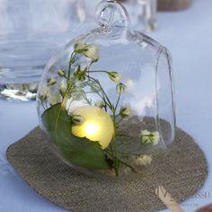 mini boule en verre composé d'une fairy berries et de gypsophile, disposé sur un petit cercle de toile de jute