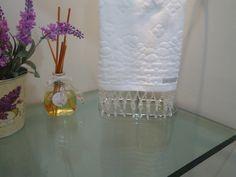 Linda toalha para lavabo da Karsten bordada em pedras acrílicas transparentes , com lindo efeito decorativo, ótima opção para presentear ou decorar sua casa.   Fica uma sugestão para presentear madrinhas de casamento ou bodas. R$ 35,00