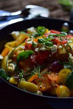 Reste aus dem Kühschrank ergeben herrliches Ofengemüse mit neuen Kartoffeln, Feta und frischen Kräutern