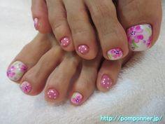 春らしいピンクのクローバー柄フットネイル