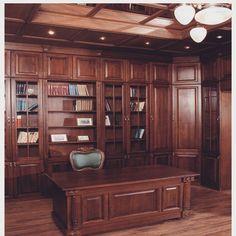 Мебельное ателье FEELWOODS. Шикарный кабинет-библиотека в классическом английском стиле выполнен по индивидуальному дизайну, материалы: тонированный массив дуба, отдельные элементы-резьба ручной работы
