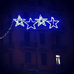 11 dicembre: il natale in piazza. E le stelle comete per le strade, che rendono ogni finestra illuminata simile alla casetta di un presepe (vivente, of course).