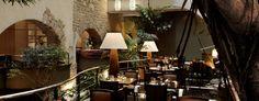 Het Sea Grill Restaurant van het Radisson Blu Royal Hotel in Brussel centrum verdiende niet voor niets twee Michelinsterren. Als een van de weinige sterrenrestaurants van Brussel, dreef dit eigentijdse restaurant de norm voor elegant dineren aanzienlijk op! Diezelfde aandacht voor details kenmerkt ook het Atrium Restaurant, dat Belgische en internationale gerechten serveert, terwijl de Sea Grill zorgt voor vernieuwde zeevruchten- en visgerechten.