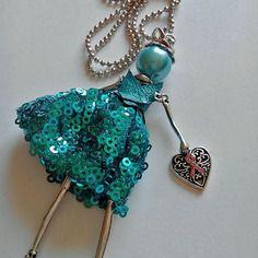 Collier sautoir pendentif jolie poupée articulée (bleu) et breloque ruban rose