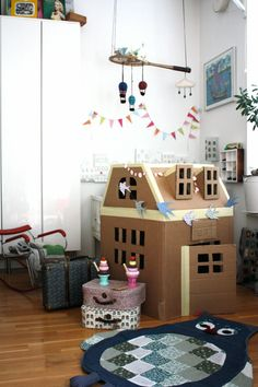 26 Coolest Cardboard Houses for kids! Find amazing yet creative ideas how to make cardboard houses for kids. Low cost, easy to make and kids approved ideas. Cardboard Houses For Kids, Cardboard Playhouse, Cardboard Crafts, Cardboard Furniture, Diy Karton, Deco Kids, Kid Spaces, Diy Toys, Play Houses