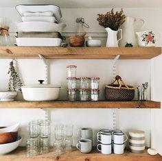New kitchen open shelving organization small spaces ideas Kitchen Shelves, Kitchen Decor, Kitchen Design, Kitchen Hutch, Open Kitchen, Room Kitchen, Decoration Design, Home Living, Living Room