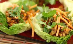 Mantén tus resoluciones de comer sano preparando estos deliciosos y simples wraps de lechuga y pavo!  Keep your New Year's resolutions of eating healthy by making these delicious and simple lettuce wraps with turkey!