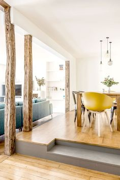 Une salle à manger bois et jaune.