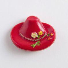 イギリスから届いた、チロリアンハットのボタンです。帽子の周りにくるりと巻かれたロープには、小さなお花とサクランボが添えられてます。ビンテージならではの手の込んだデザインをお楽しみください。同じデザインで色違いのものもございますので、ご覧下さいませ。大きさ:22mm x 17mmひとつのお値段です。❤ 台紙付きですので、未使用のデッドストック品だと思いますが、ビンテージのハンドペイントのため、色の着き方が一つ一つ違い、かすれている部分もあります。ご了承ください。❤ ビンテージですので、数に限りがございます。二つ以上ご希望の方は、メッセージをお願い致します。