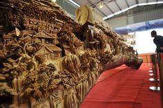 Iubim sculptura in lemn si pe artistii care o creeaza. Artistul Zheng Chunhui a reusit sa realizeze in 4 ani cea mai lunga sculptura in lemn din lume pe un trunchi de copac de peste 12 m, intrata in Guiness Book.