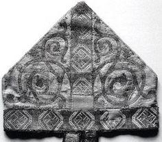 Mitra mit Ranken, Brettchenborte,  2. Drittel des 13. Jhs.,  (Musées de Sens, Trésor de la Cathédrale, Inv.Nr. B 366)
