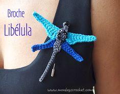 ¡Un toque original para tus camisetas! Podrás hacerla con este tutorial. Crochet Dragon, Barn Quilts, Wool Applique, Bookmarks, Crochet Necklace, Miniatures, Butterfly, Diy, Shapes