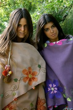 María Cielo: Las Dumas Embroidery Bags, Embroidery Stitches, Machine Embroidery, Scarf Display, Sewing Crafts, Sewing Projects, Poncho Outfit, Wool Cape, Blanket Scarf